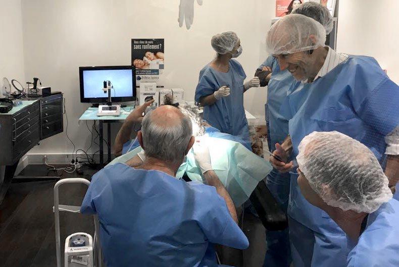 Session de formation à la microgreffe capillaire Biomed School, direct sur patient.